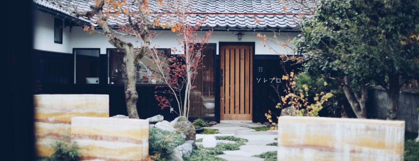 ソレプロの庭と玄関